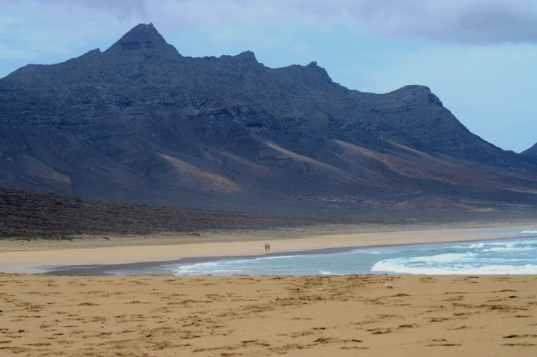The never-ending beach of Cofete with the islands highest peks in the backround